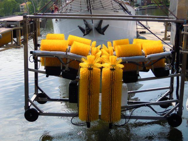 Sjösättning av Boatwasher båtbottentvätt i Stocksunds hamn 2